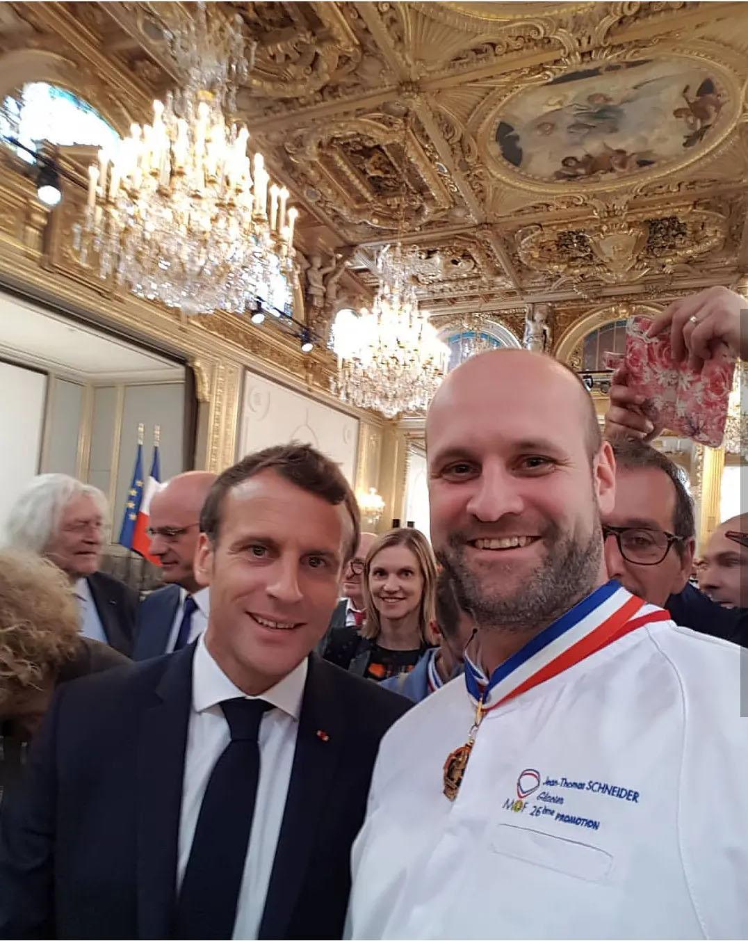 法国总统Emmanuel Macron和2019新晋甜点MOF Jean-Thomas合影
